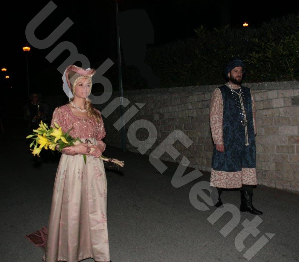 Corteo storico in costume del 400 con dame, cavalieri, popolani